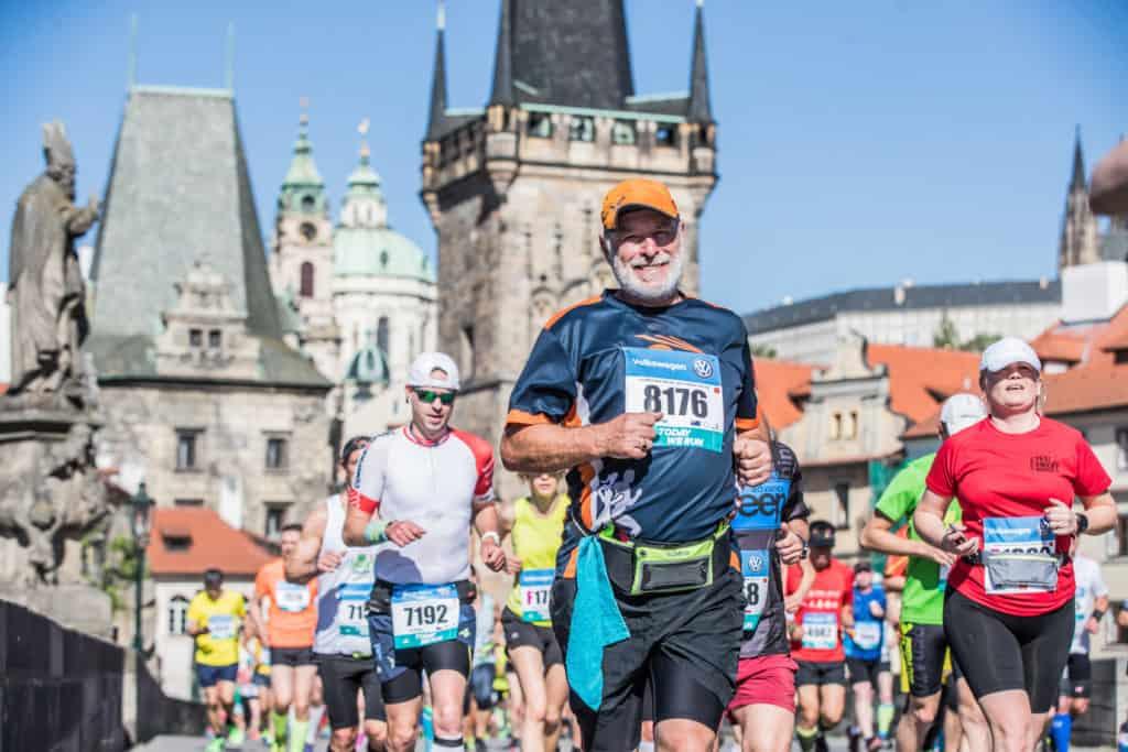 Le marathon de Prague dans une Ville Historique-