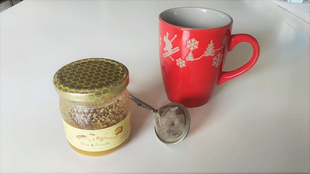 La propolis: en goutte ou associé au miel, à prendre avec son thé le matin