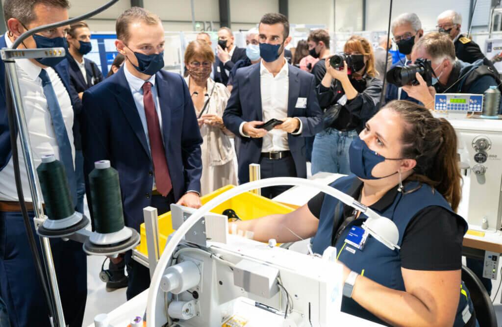 Inauguration de la première usine automatisée de chaussures de sport en France, avec Salomon